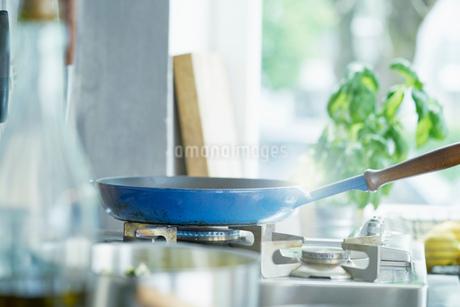 Frying pan on lit hobの写真素材 [FYI03590026]