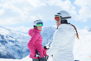 Mother and daughter on skiing holiday, Hintertux, Tirol, Austriaの写真素材 [FYI03590056]