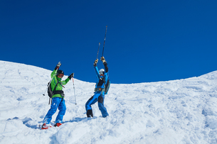 Father and son on skiing holiday, Hintertux, Tirol, Austriaの写真素材 [FYI03590085]