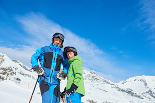 Father and son on skiing holiday, Hintertux, Tirol, Austriaの写真素材 [FYI03590107]