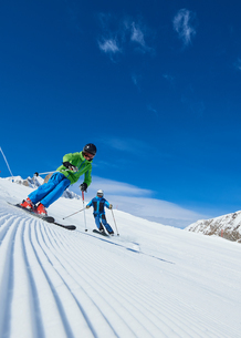 Father and son on skiing holiday, Hintertux, Tirol, Austriaの写真素材 [FYI03590109]