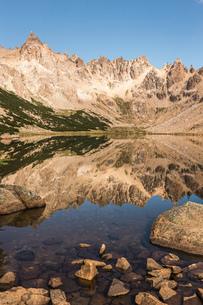 Mirror image of mountain landscape in Tonchek lake, Nahuel Huapi National Park, Rio Negro, Argentinaの写真素材 [FYI03590184]