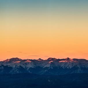 Sunset view of Andes mountain range, Nahuel Huapi National Park, Rio Negro, Argentinaの写真素材 [FYI03590201]