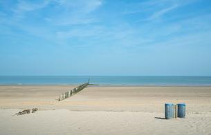 Waste bins and breakwater on beach, Cadzand, Zeeland, Netherlands, Europeの写真素材 [FYI03590217]