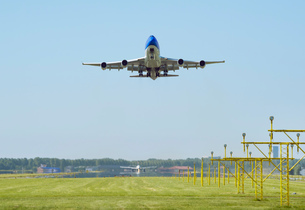 Airplane taking off, Schiphol, North Holland, Netherlands, Europeの写真素材 [FYI03590227]