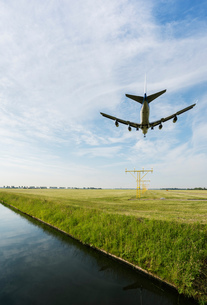Airplane landing, Schiphol, North Holland, Netherlands, Europeの写真素材 [FYI03590229]