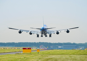 Airplane landing, Schiphol, North Holland, Netherlands, Europeの写真素材 [FYI03590231]