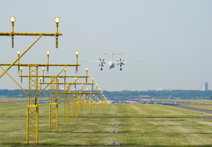 Airplane landing by runway landing lights, Schiphol, North Holland, Netherlands, Europeの写真素材 [FYI03590232]