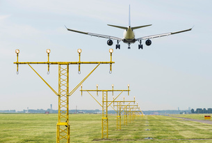 Airplane landing by runway landing lights, Schiphol, North Holland, Netherlands, Europeの写真素材 [FYI03590233]