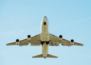 Low angle view of airplane taking off, Schiphol, North Holland, Netherlands, Europeの写真素材 [FYI03590234]