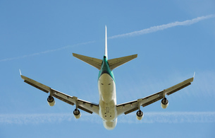 Low angle view of airplane taking off, Schiphol, North Holland, Netherlands, Europeの写真素材 [FYI03590235]