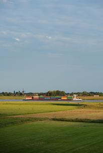 Container ship travelling on the waal river, Beneden-Leeuwen, Gelderland, Netherlands, Europeの写真素材 [FYI03590238]