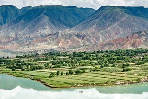 Elevated view of mountains and agricultural land by Yellow river, Sichuan, Chinaの写真素材 [FYI03590371]