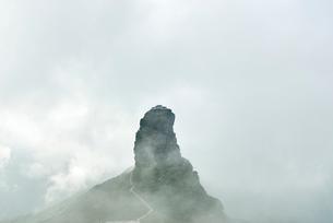 Mount Fanjing rock formation in mist, Jiangkou, Guizhou, Chinaの写真素材 [FYI03590389]