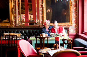 Quirky couple relaxing in bar and restaurant, Bournemouth, Englandの写真素材 [FYI03590478]
