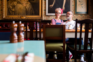 Quirky couple relaxing in bar and restaurant, Bournemouth, Englandの写真素材 [FYI03590490]