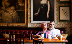 Quirky couple relaxing in bar and restaurant, Bournemouth, Englandの写真素材 [FYI03590505]