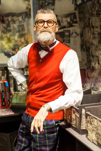 Portrait of quirky vintage senior man in vintage record shopの写真素材 [FYI03590549]