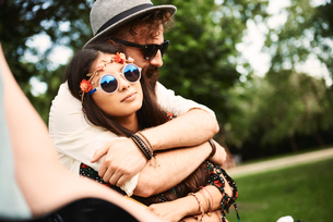 Romantic young boho couple hugging at festivalの写真素材 [FYI03591255]