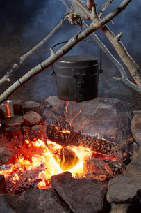 Pot of food cooking over camp fire, close-up, Colgate Lake Wild Forest, Catskill Park, New York Statの写真素材 [FYI03591360]