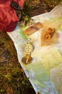Map, compass and energy bar on grass, close-up, Colgate Lake Wild Forest, Catskill Park, New York Stの写真素材 [FYI03591372]