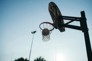 Low angle view of basketball netの写真素材 [FYI03591398]