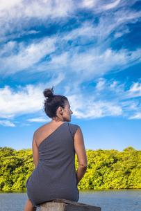 Woman by sea, Fortaleza, Ceara, Brazil, South Americaの写真素材 [FYI03591496]