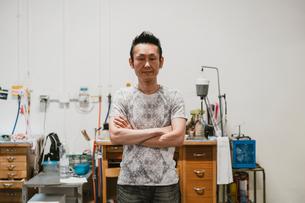 Portrait of mature male jeweller in jewellery workshopの写真素材 [FYI03591547]