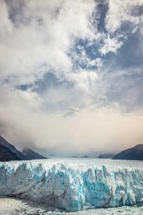 Storm clouds over Perito Moreno Glacier, Los Glaciares National Park, Patagonia, Chileの写真素材 [FYI03591608]