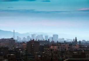 Elevated cityscape and hazy skyline at dusk, Barcelona, Spainの写真素材 [FYI03591907]