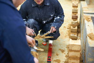 Student learning how to do building workの写真素材 [FYI03592023]