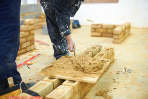Student learning how to do building workの写真素材 [FYI03592025]