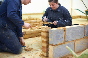 Student learning how to do building workの写真素材 [FYI03592027]