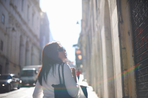 Woman travelling in Lisbon, Portugalの写真素材 [FYI03592036]