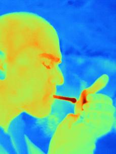 Thermal image of man smokingの写真素材 [FYI03592236]