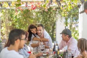 Family having lunch outdoor under grapevine trellisの写真素材 [FYI03592384]