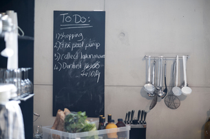 Blackboard in kitchen with list of things to doの写真素材 [FYI03592408]