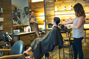 Hairstylists working in salonの写真素材 [FYI03592476]