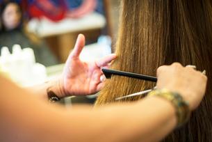 Hairstylist working in salonの写真素材 [FYI03592477]