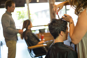 Hairstylists working in salonの写真素材 [FYI03592478]