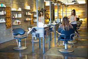 Hairstylist working in salonの写真素材 [FYI03592479]