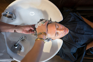 Hairstylist working in salonの写真素材 [FYI03592482]
