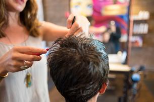 Hairstylist working in salonの写真素材 [FYI03592486]