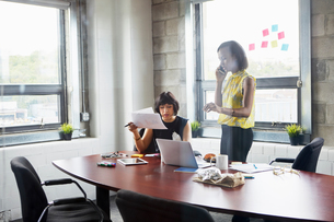 Two women working together in meeting room, brainstormingの写真素材 [FYI03592723]
