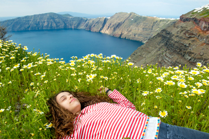 Girl asleep on bed of flowers, O僘, Santorini, Kikladhes, Greeceの写真素材 [FYI03592818]