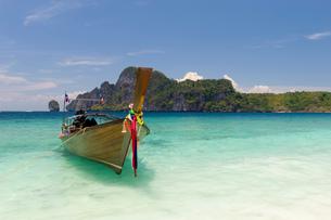 Boat on Yong Kasem or Monkey Beach, Phi Phi Don Island, Thailandの写真素材 [FYI03592868]