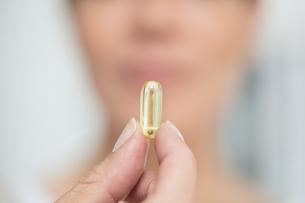 Woman holding pillの写真素材 [FYI03593060]