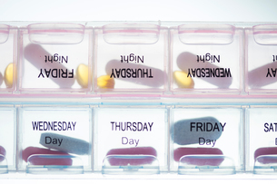 Medication in pillbox labelled with daysの写真素材 [FYI03593061]