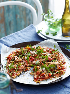 Tuna and green olive pizza in pizza dish, close-upの写真素材 [FYI03593233]
