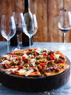 Spicy pork pizza on serving board, close-upの写真素材 [FYI03593255]